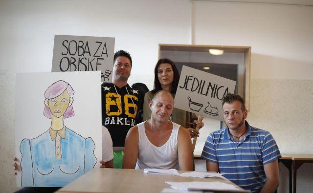 Zaporniki na gledališki vaji v zaporih na Povšetovi. Foto Leon Vidic