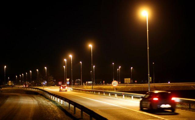 Javna razsvetljava vzdržuje javno razsvetljavo, cestno signalizacijo in izvaja elektrifikacijo na republiških cestah na območju Ljubljane, Kopra in Nove Gorice. FOTO: Tomi Lombar/Delo