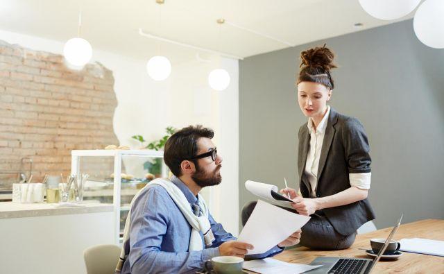 Nekatera podjetja zahtevajo, da imajo zaposleni na delovnem mestu tetovaže pokrite z oblačili. Nekateri zahtevajo tudi spete lase. FOTO: Shutterstock
