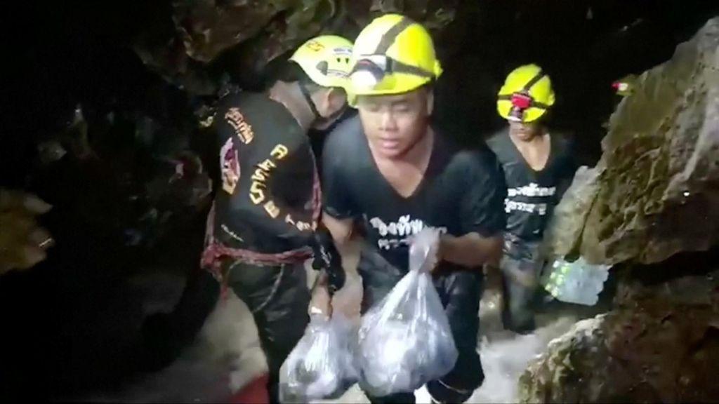 FOTO:Za zdaj še brez rešitve, saj se dečki ne morejo potopiti (VIDEO)