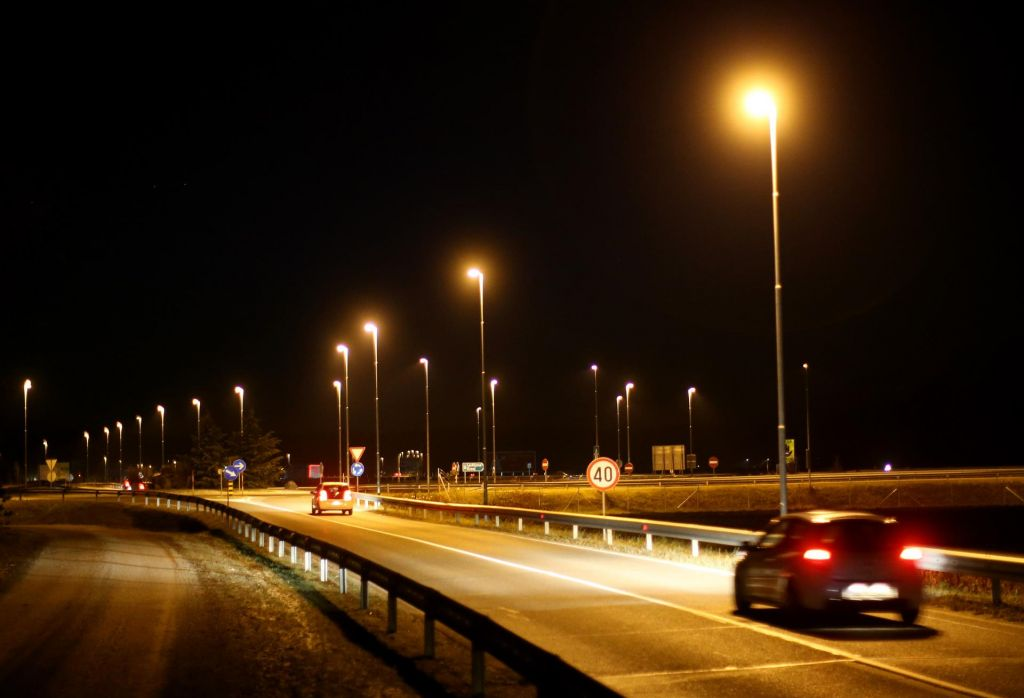 Javna razsvetljava tik pred rdečo lučjo