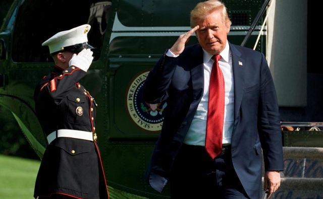 Donald Trump razglaša, da želi s carinami zaščititi ZDA pred neželenimi vplivi in povečati število delovnih mest. Skriti cilj pa je povečanje davčnih prihodkov. Foto Yuri Gripas Reuters