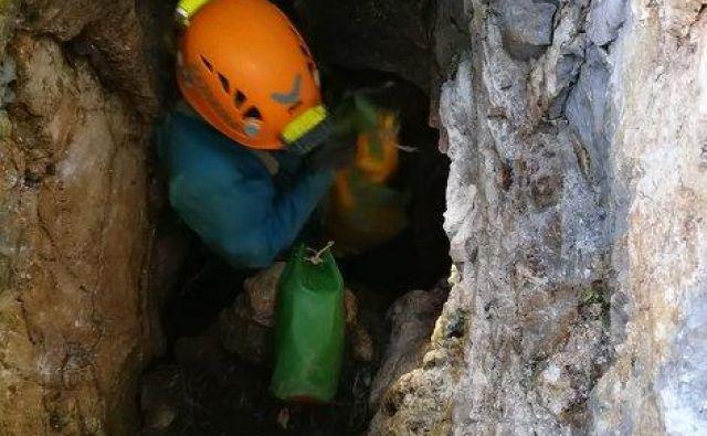Zaradi ožin nosil s ponesrečencem ni mogoče prenesti iz jame. FOTO: Maks Merela
