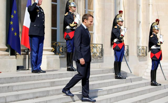 Čeprav zaradi prehoda na profesionalno vojsko ni bil v vojski, je francoski predsednik Emmanuel Macron nenavadno naklonjen uniformam. FOTO: Reuters