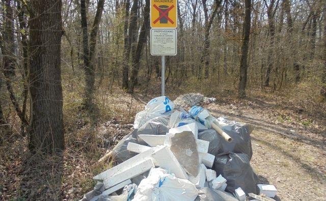 Odpadki, največkrat gradbeni, še vedno vse prepogosto pristanejo v najbližjem gozdu. FOTO: Janez Petkovšek