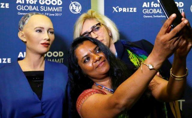 O čem sta se sogovornika pomenkovala, ni znano, gotovo pa je, da Sofijini odgovori niso bili vnaprej pripravljeni, saj se robotka uči na podlagi preteklih interakcij in izrazov na obrazih. FOTO: Reuters