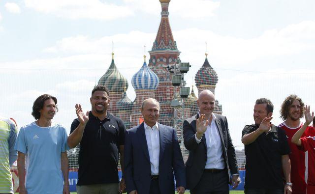 Vladimir Putin in Gianni Infantino sta dobre volje zraven nogometnih zvezdnikov. FOTO: Reuters