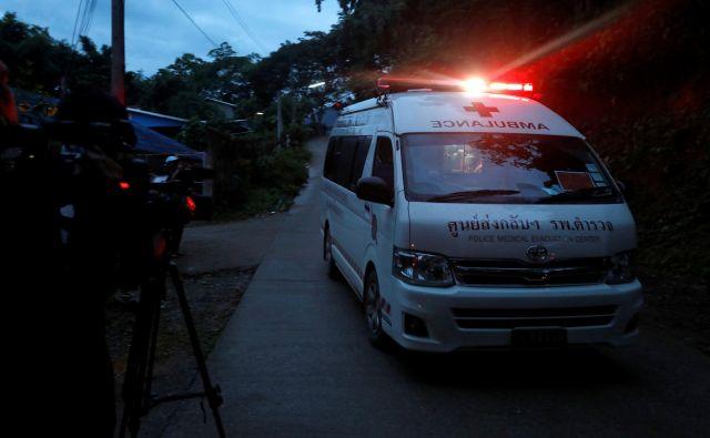 V bolnišnico so pripeljali prve štiri dečke. Z reševanjem bodo nadaljevali jutri. FOTO: Reuters