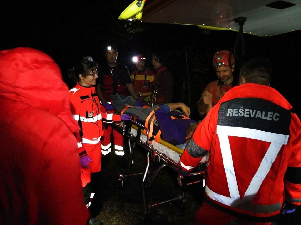 Reševanje iz Netopirjeve jame končano: poškodovani jamar je na varnem