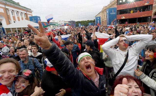 Na priljubljenem peterburškem trgu Konjušenaja se je na temovalni dan zvrstilo po 75.000 obiskovalcev. FOTO: AFP