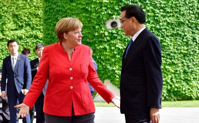 Nemška kanclerka Angela Merkel in kitajski premier Li Keqiang sta v Berlinu razpravljala tudi o grozeči trgovinski vojni zaradi Trumpovih dvigov carin. FOTO:Tobias Schwarz/ AFP