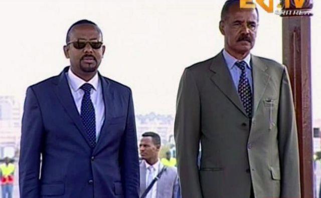 Včeraj sta se v eritrejski prestolnici Asmara srečala etiopski predsednik vlade Abiy Ahmed (levo) in eritrejski predsednik Isaias Afwerki. FOTO: ERITV via AP