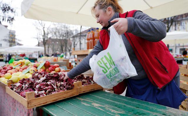 Dobra praksa: na mestni tržnici so že lani začeli uvajati razgradljive vrečke. Foto Uroš Hočevar
