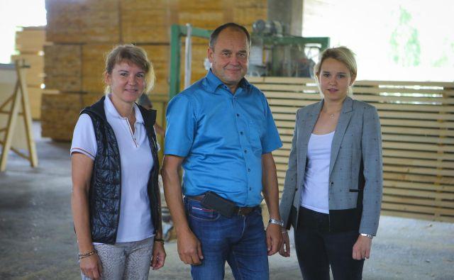 Družina Zoran je sredi velike naložbe v sodobno žago, kjer se bo z avtomatizacijo obseg ročnega dela bistveno zmanjšal. FOTO: Jože Suhadolnik/Delo