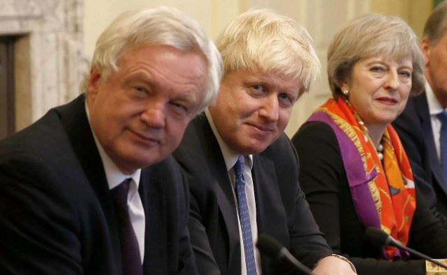 David Davis, Boris Johnson in Theresa May, še iz časov, ko so bili zavezniki. FOTO: AFP/PETER NICHOLLS