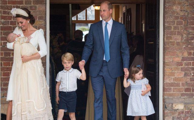 Kate in William z vsemi tremi otroki. Po obredu so odšli k princu Charlesu in Camilli na čaj in kolačke. FOTO: Dominic Lipinski/Afp