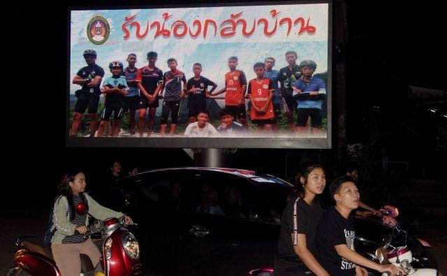 Plakat nogometne ekipe Divjih prašičkov in njihovega trenerja. »Dobrodošli doma,« so jim sporočili s plakatom.<br /> FOTO: AFP