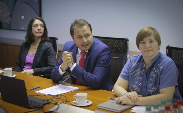 Gorazd Čibej (v sredini) ostaja v. d. direktorja AZN. Mojca Piškurić (desno) se na ponovljeni razpis ni prijavila. Foto Jože Suhadolnik
