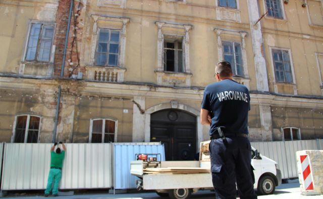 V akciji deložacije alternativnih umetnikov iz Sokolca je po besedah očividcev poleg policistov in gasilcev sodelovalo približno 15 varnostnikov.<br /> Foto Simona Fajfar