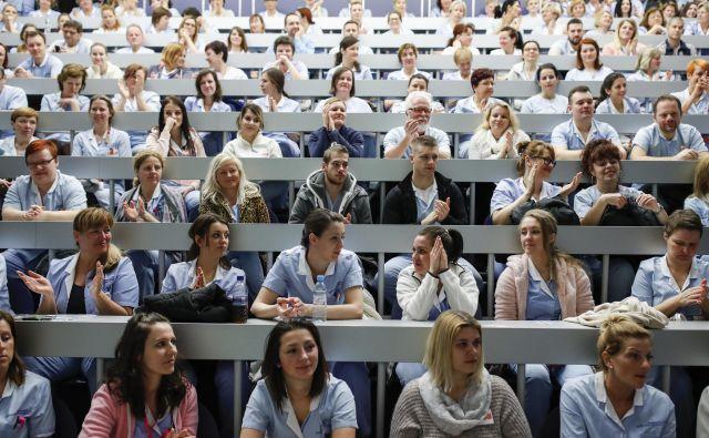Bodo domači zdravniki in medicinske sestre še delali za nizke plače, če bodo tujci poleg njih plačani desetkrat bolje? Fotografija s spomladanske stavke zdravstvenega osebja. Foto Uroš Hočevar