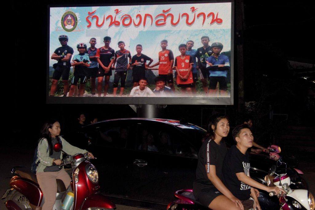 FOTO:Zgodba s srečnim koncem: potapljači iz»peklenske« jame rešili vseh 12 dečkov