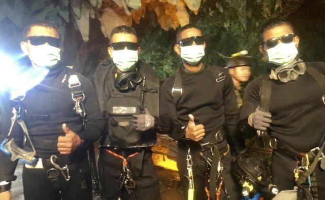 Zadnji štirje potapljači, ki so prispeli iz jame. Četverica je dan in noč vztrajala ob nogometni ekipi. FOTO: Royal Thai Navy/AP