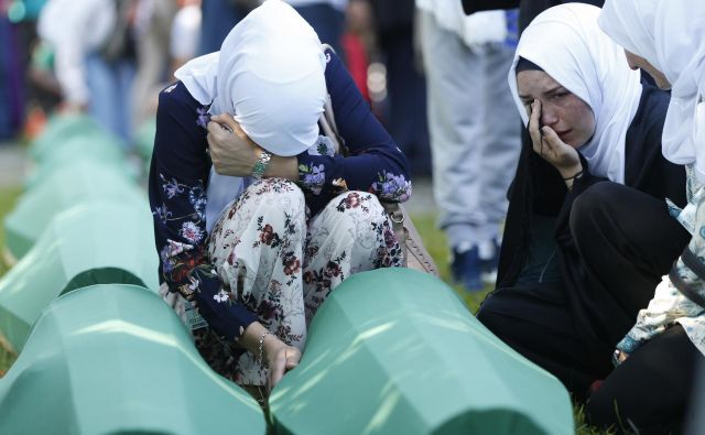 Danes so v spominskem parku Potočari, 23. let po genocidu, pokopali posmrtne ostanke še 35 žrtev genocida v Srebrenici. FOTO: AP