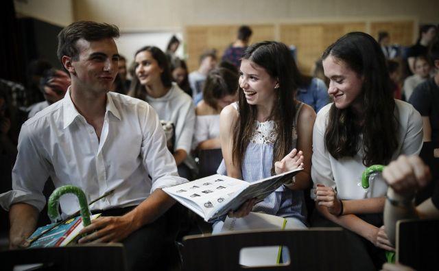 Dijaki viške gimnazije so se dopoldne razveselili maturitetnih rezultatov. FOTO: Uroš Hočevar