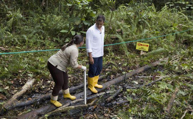 Nekdanji ekvadorski predsednik Rafael Correa si je večkrat ogledal onesnaženje, ki so ga povzročila naftna podjetja.
