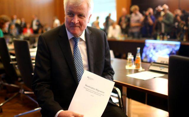 Nemški notranji minister Horst Seehofer je včeraj predstavil veliki načrt za ureditev migracij. »To ni nikakršna provokacija, a če želite, jo lahko kot takšno vidite,« je dejal. FOTO: Hannibal Hanschke/Reuters