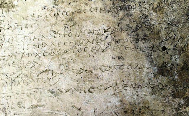 Za zdaj še nedatiran zapis na glineni plošči, ki so jo nedavno izkopali grški in nemški arheologi.