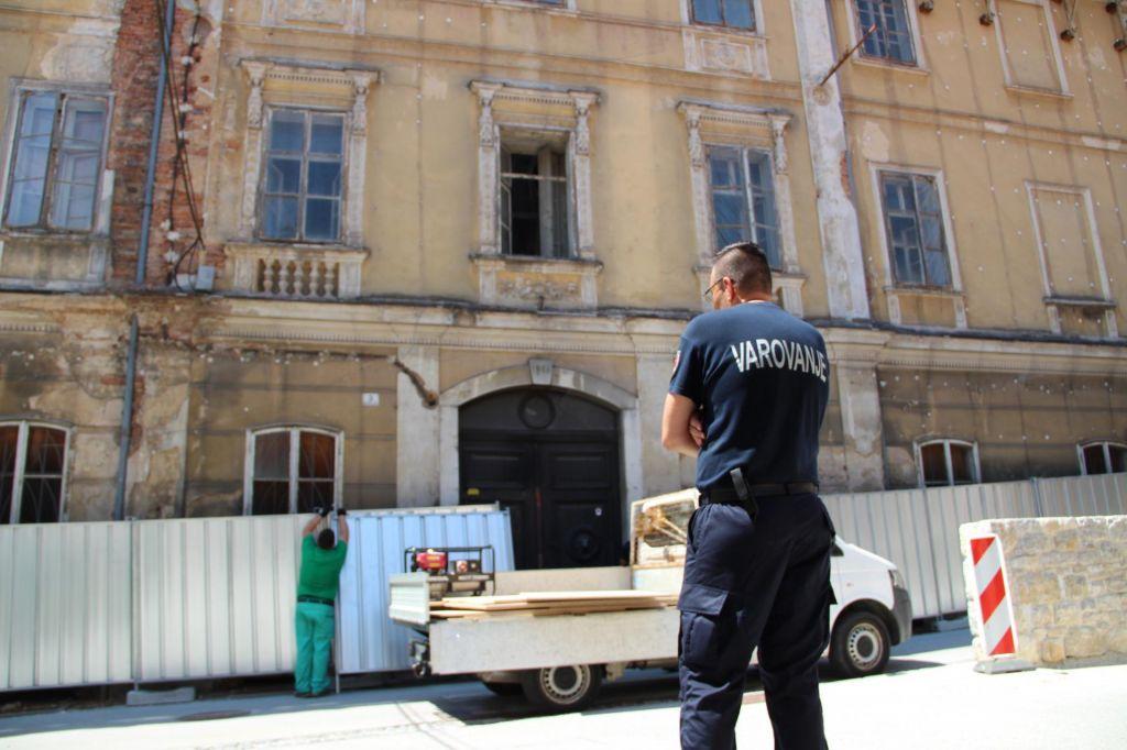 Nad umetnike s policijo in varnostniki