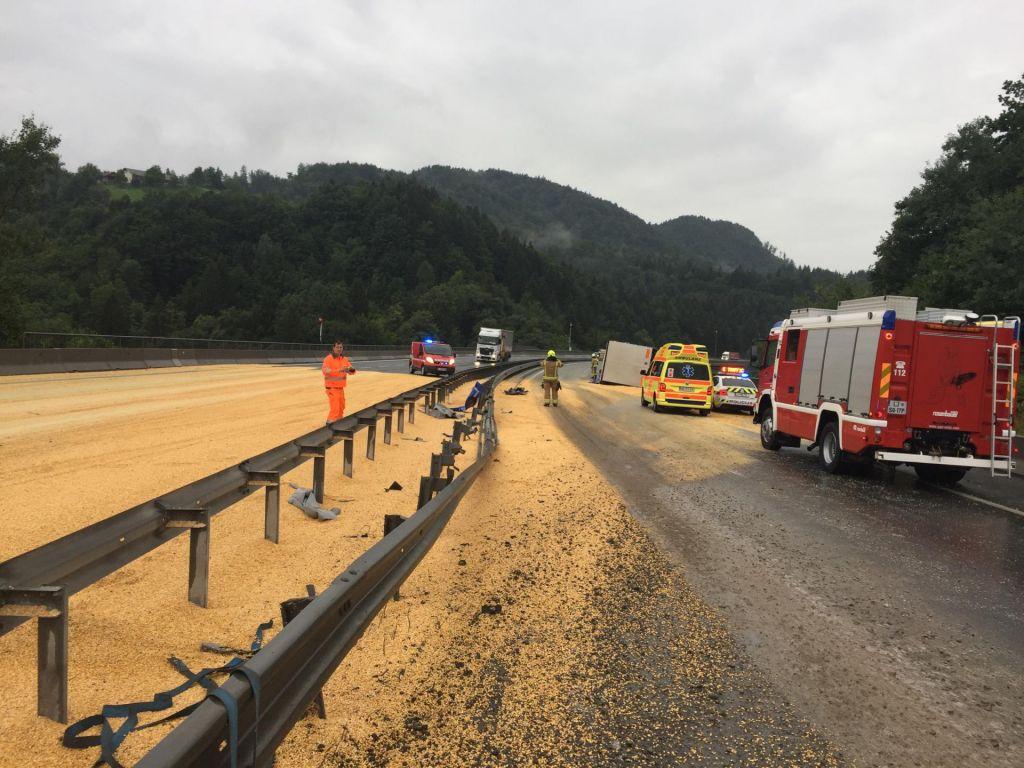 FOTO:Zaradi raztresene koruze prometni kolaps na štajerski avtocesti (FOTO)