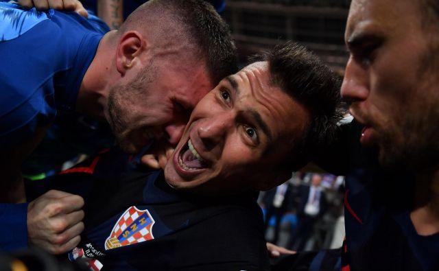 Četudi na tleh, je Cortezu uspel dober posnetek veselja Mandžurića, ko je z golom odločil izid tekme. FOTO: Yuri Cortez/AFP