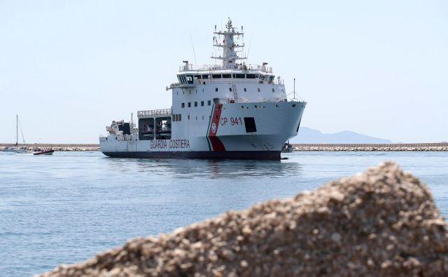 Rim je v ponedeljek prepovedal vplutje italijanske oskrbovalne ladje, ki je v Sredozemskem morju konec prejšnjega tedna rešila več ljudi. FOTO: AP