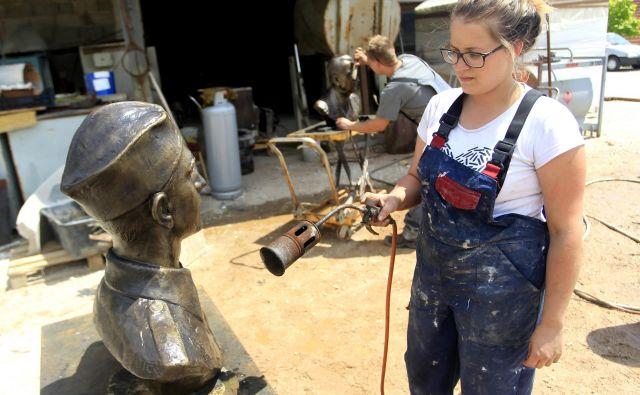 V delavnici Kamškovih v Volavljah bronastim kipom že tretja generacija vliva večnost.