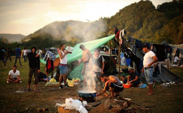 Begunci in migranti na obrobju Velike Kladuše čakajo na naslednji poskus prehoda nekaj kilometrov oddaljene meje med BiH in Hrvaško. FOTO: Jure Eržen/Delo