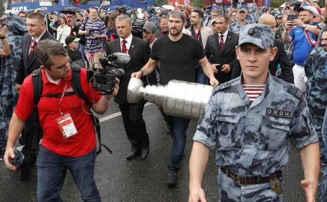 Aleksandr Ovečkin je v navijaško cono svetovnega prvenstva prinesel Stanleyjev pokal.<br /> FOTO Reuters
