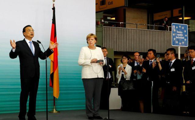 Kitajski premier Li Keqiang se je ta teden mudil na obisku v Nemčiji. FOTO: Fabrizio Bensch/Reuters