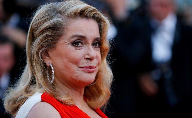 Francoska filmska legenda je zaslovela v 60. letih z upodabljanjem lepotic, znana pa je iz filmov, kot sta <em>Cherbourški dežniki </em>in <em>Lepotica dneva.</em> FOTO:Reuters