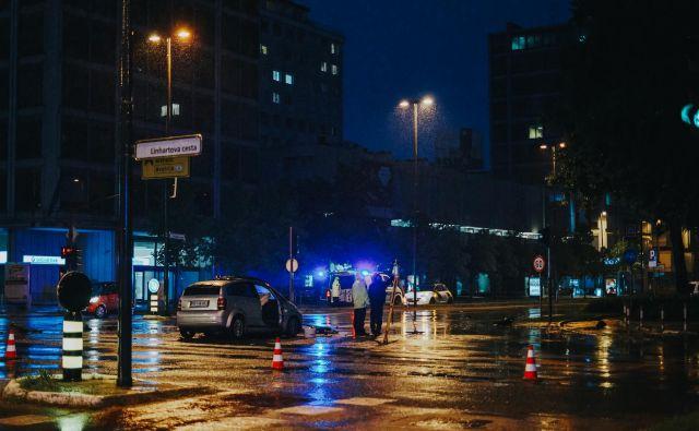 """<a href=""""https://www.slovenskenovice.si/kronika/doma/clanek/foto-v-ljubljani-silovito-pocilo-poskodovanih-pet-oseb-70671"""">Nesreča v križišču Dunajske in Linhartove ceste. FOTO: Žan Rekič Zupančič</a>"""