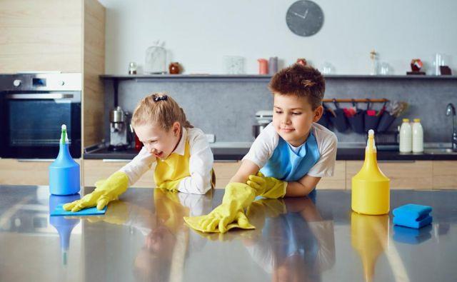 Otroke lahko ukanite, da vam pomagajo pospravljati, ob tem pa se bodo še zabavali.