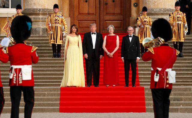 Ameriški predsedniških par pri gostiteljih večerje – britanski premierki in njenem možu. FOTO: Kevin Lamarque/Reuters