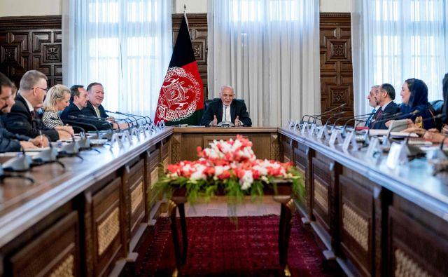 Ameriški državni sekretar Mike Pompeo se je ta teden v Afganistanu sestal s predsednikom Ašrafom Ganijem. FOTO: Andrew Harnik/AFP
