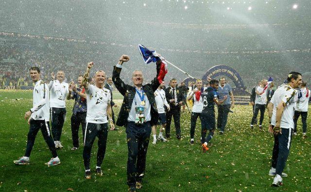 Didier Deschamps (v ospredju) je šele tretji v zgodovini nogometa, ki je naslov svetovnega prvaka osvojil kot igralec in selektor. FOTO: AFP