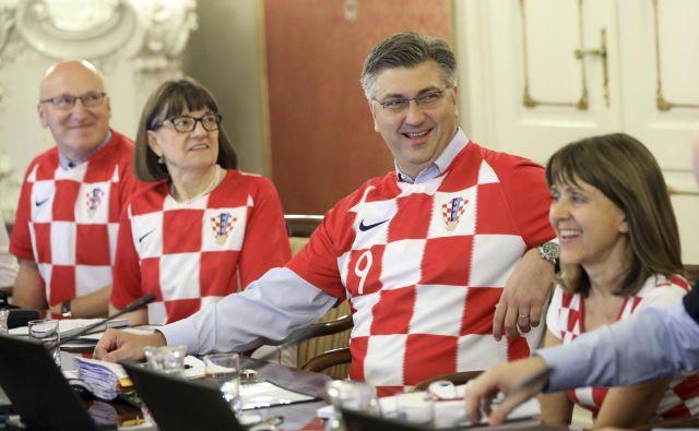 Vsi hrvaški ministri s premierom na čelu so se pojavili v dresih hrvaške nogometne reprezentance, nogometu so v resnici podredili čisto vse. FOTO: AP