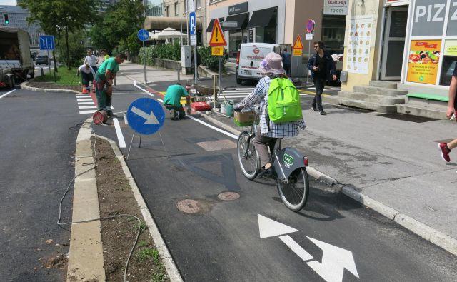 V križišču Dunajske in Livarske so odstranili talni prometni znak za kolesarje in prestavili stebričke s srede kolesarske steze na robova. FOTO: Janez Petkovšek