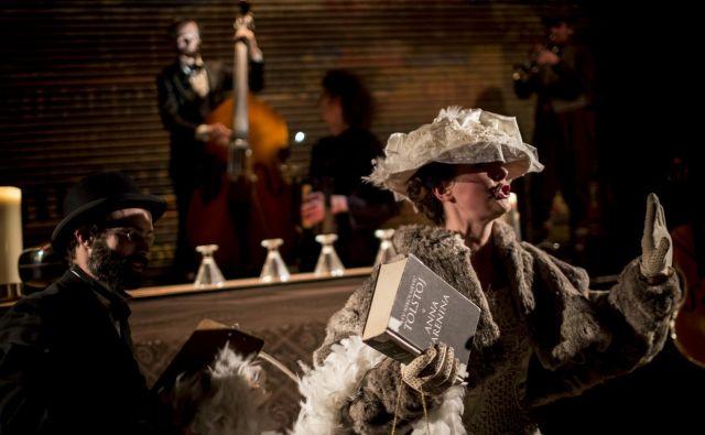 V Sedmini, predstavi raziskovalnega gledališča, ki gledalca preko impresij popelje iz realnosti v svet Tolstojeve Ane Karenine, se namesto s slovesom od pokojnika soočimo s pokojnikovo življenjsko zgodbo. Zvok trkanja kozarcev in posode se sestavi v melodije, čajne skodelice se kot gostje na ruskem dvoru udeležijo dvornega plesa in na koncu se gledalci znajdejo v vlogi likov iz zgodbe o Ani Karenini. Foto Fekete Seretlek