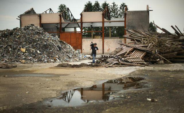 Na območju pogorišča so še vedno odpadki izpred enega leta. Foto Jure Eržen