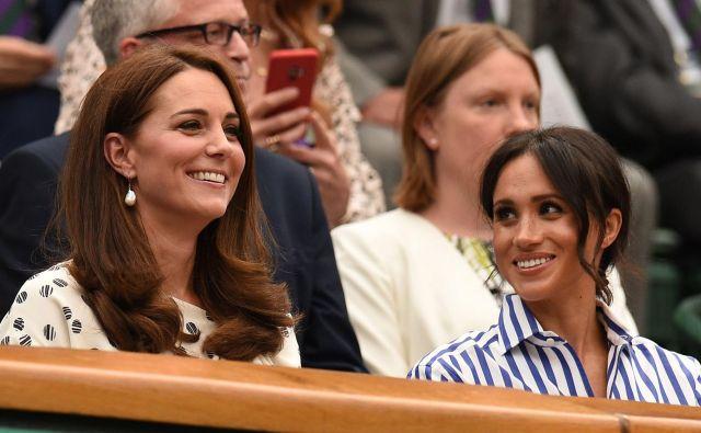 Princesi kraljeve družine sta bili sproščeni in dobre volje, modni kritiki pa so pohvalili njuni opravi. FOTO: AFP